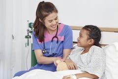 Soignez les soins avec la petite fille d'amour dans l'hôpital Images stock
