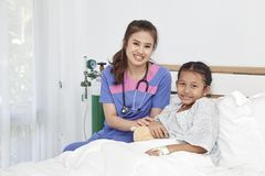 Soignez les soins avec la petite fille d'amour dans l'hôpital Images libres de droits