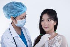 Soignez Nurse dans la chemise bleue blanche avec le glo de stéthoscope et en caoutchouc photographie stock libre de droits