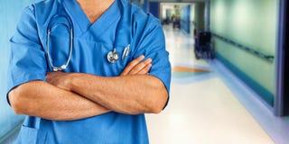 Soignez ou soignez avec la veste bleue dans la salle d'hôpital image stock