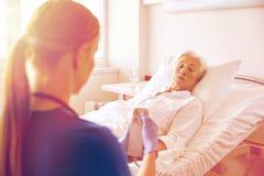 Soignez ou soignez la femme supérieure de visite à l'hôpital Photographie stock