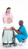 soignez parler à un patient dans une présidence de roue Photo libre de droits