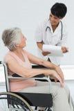 Soignez parler à un patient supérieur dans le fauteuil roulant Photos libres de droits