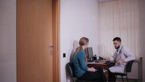 Soignez parler avec son patient malade au bureau dans le bureau à l'hôpital banque de vidéos