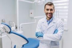 Soignez regarder l'appareil-photo dans la clinique dentaire photographie stock