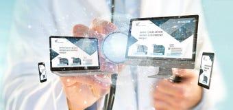 Soignez tenir des dispositifs reliés à un réseau d'affaires globales photos libres de droits