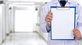 soignez tenir des mains d'un presse-papiers de backgro médical de soins de santé Photo libre de droits