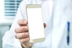 Soignez tenir le smartphone avec l'écran blanc vide vide images libres de droits