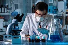 Soignez tenir les échantillons biologiques pour l'analyse dans l'analyse l photos stock
