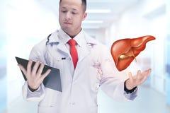 Soignez tenir les organes humains et le comprimé dans un hôpital De haute résolution Photo stock