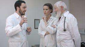 Soignez tenir une bouteille de médecine et la promotion à ses collègues banque de vidéos