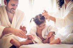 Soin au sujet de notre petite fille Jeunes parents image libre de droits