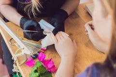 Soin d'ongle de doigt de plan rapproché par le spécialiste en manucure dans le salon de beauté Images stock