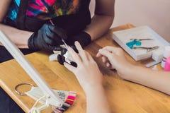 Soin d'ongle de doigt de plan rapproché par le spécialiste en manucure dans le salon de beauté Photo stock