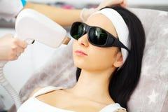 Soin de fuselage Épilation de laser Aisselle du ` s de jeune femme de Removing Hair Of d'esthéticien Traitement de laser Epilatio Photographie stock libre de droits