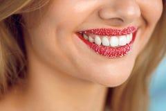 Soin de lèvre Sourire de femme avec les dents blanches, Sugar Scrub On Lips Photo libre de droits