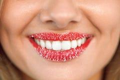 Soin de lèvre Sourire de femme avec les dents blanches, Sugar Scrub On Lips Photo stock