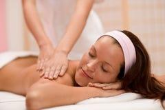 Soin de luxe - femme au massage arrière images libres de droits