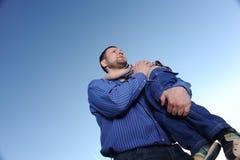 Soin de père au sujet de fils image libre de droits