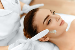 Soin de peau Crème cosmétique sur le visage de la femme Demande de règlement de station thermale de beauté photos stock