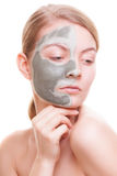 Soin de peau Femme appliquant le masque d'argile sur le visage Station thermale Photo libre de droits