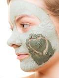 Soin de peau Femme dans le masque de boue d'argile sur le visage beauté Image stock