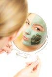 Soin de peau Femme dans le masque de boue d'argile sur le visage beauté Photos libres de droits