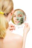 Soin de peau Femme dans le masque de boue d'argile sur le visage beauté Photos stock