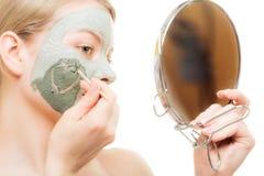 Soin de peau Femme dans le masque de boue d'argile sur le visage beauté Photo libre de droits