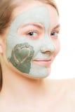 Soin de peau Femme dans le masque de boue d'argile sur le visage beauté Images stock