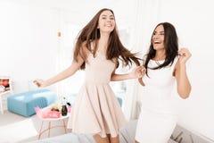 soin de Pré-mariage Filles à une poule-partie Les filles dans un voile sautent sur le lit Photographie stock