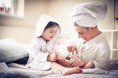 Soin de tae de mère et de fille gravure à l'eau forte autre photo libre de droits