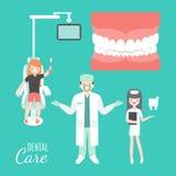 Soin dentaire Docteur et patient de dentiste dans la clinique dentaire médicale Fille dans la chaise de dentiste personnes de ban Photographie stock