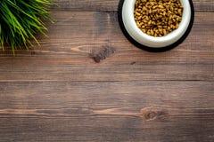 Soin des animaux familiers avec la nourriture sur l'espace en bois de vue supérieure de fond pour le texte Image libre de droits