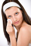 Soin facial - femme enlevant le renivellement photos stock