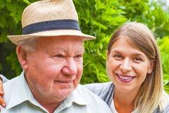 Soin plus âgé extérieur Photos libres de droits