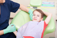 Soin spécial pour le patient d'enfant au dentiste Image stock