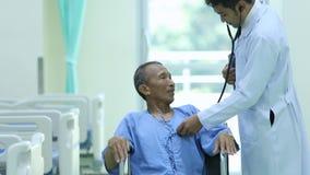 Soins aux patients d'un docteur dans un hôpital banque de vidéos