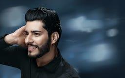 Soins capillaires d'hommes Homme bel avec les cheveux sains émouvants de barbe image stock