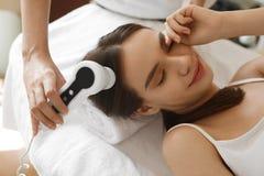 Soins capillaires Femme analysant des cheveux avec le système d'analyse beauté photos libres de droits