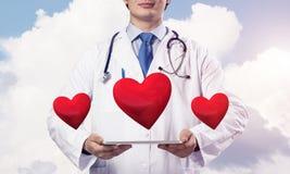 Soins de docteur au sujet de santé de coeur Images libres de droits