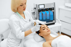 Soins de la peau de visage Diamond Microdermabrasion Peeling Treatment, Bea images stock
