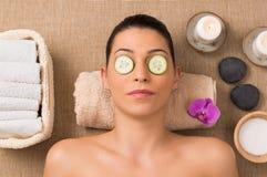 Soins de la peau faciaux avec le concombre images libres de droits