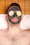 Soins de la peau faciaux masculins de masque Photographie stock