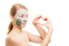 Soins de la peau. Femme dans le masque de boue d'argile sur le visage. Beauté. Photographie stock