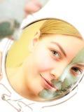 Soins de la peau. Femme dans le masque de boue d'argile sur le visage. Beauté. Photographie stock libre de droits