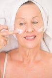 Soins de la peau mûrs amicaux de visage de femme Photographie stock