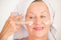 Soins de la peau mûrs heureux de visage de femme Photos stock