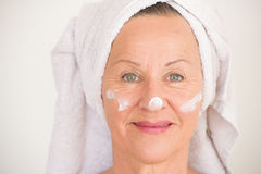 Soins de la peau mûrs heureux de visage de femme Image libre de droits