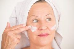Soins de la peau mûrs joyeux de visage de femme Images stock